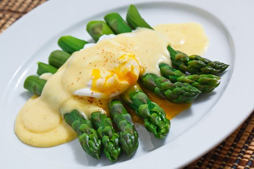 Asparagus with a Poached Egg in Hollandaise Sauce